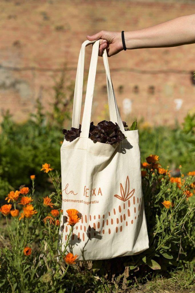 Bossa de roba amb el logotip de La Feixa. Cotó 100% ecològic. Foto: Xavi Macià.
